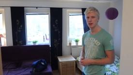 Miniatyrbild för inlägg Adam bor i egen studentlägenhet